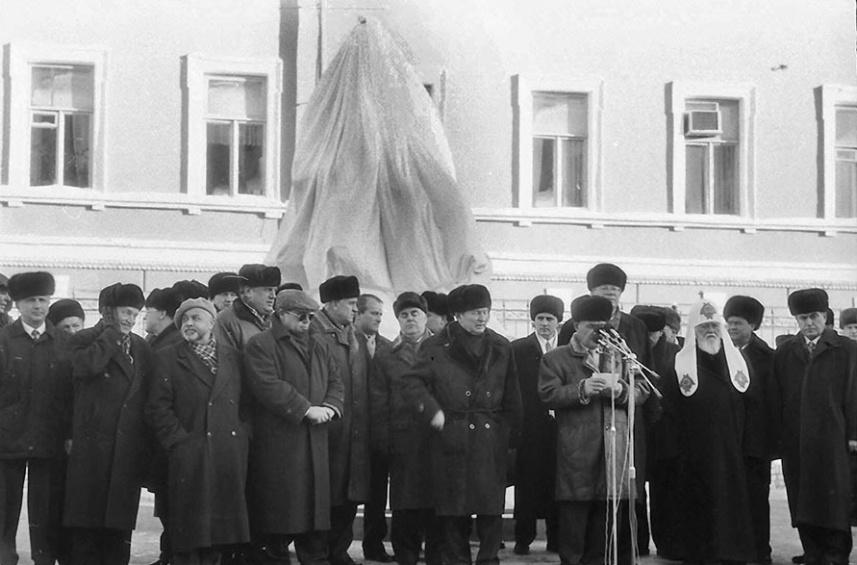 Учасники святкування 150-річчя з дня народження Великого Українця − біля пам'ятника Михайлові Грушевському. 29 вересня 2016 р. Фото Миколи Кучеренка