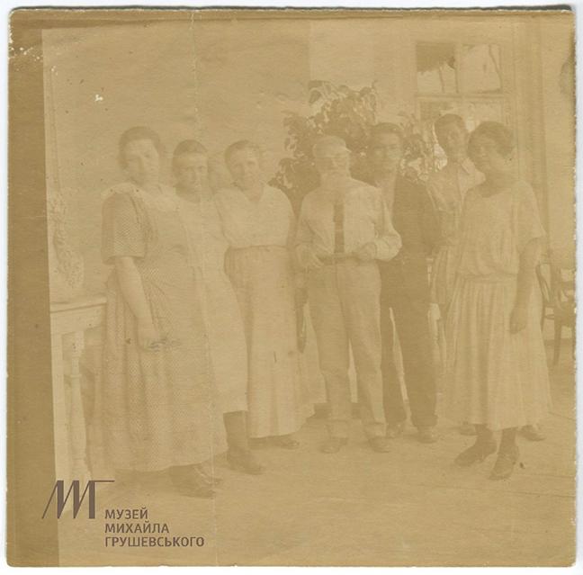 Подарунок до свята: нова світлина родини Грушевських у колекції музею
